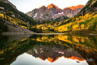 Classic sunrise view of the Maroon Bells near Aspen, Colorado.